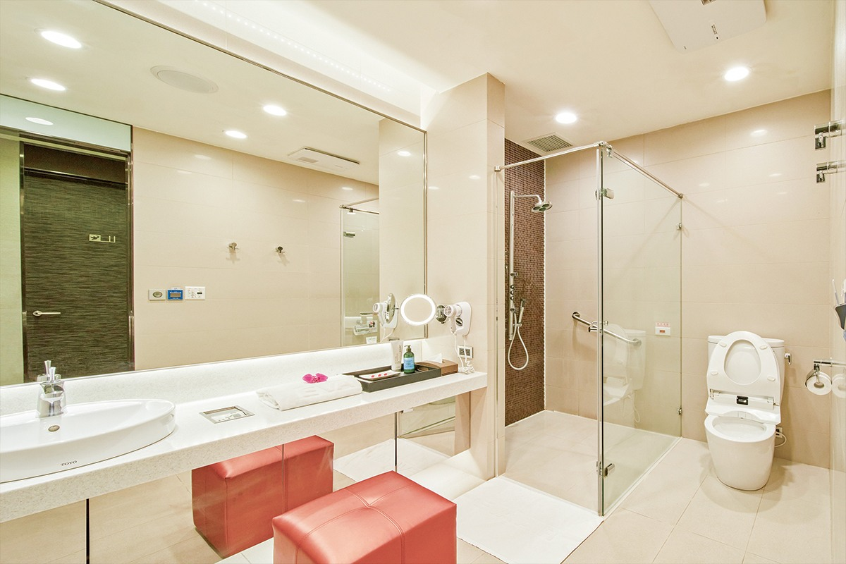 Shower Rooms in The Infinity Lounge